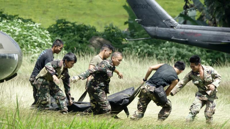 ფილიპინელი ჯარისკცებს მიაქვთ დაღუპული ჯარისკაცის ცხედარი, რომელიც მარავიში საომარი შეტაკებების დროს დაიღუპა. 28.05.2017. credit: EPA/FRANCIS R. MALASIG