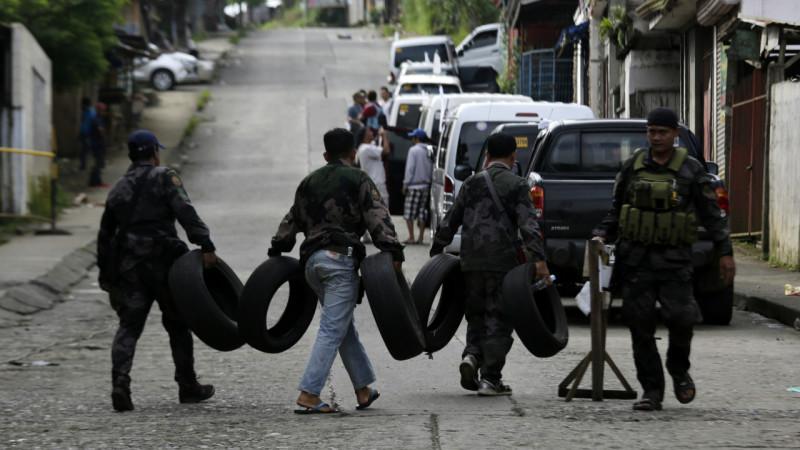 ფილიპინელი პოლიციელი აწყობენ ბარიერს 29.05.2017 credit: EPA/FRANCIS R. MALASIG