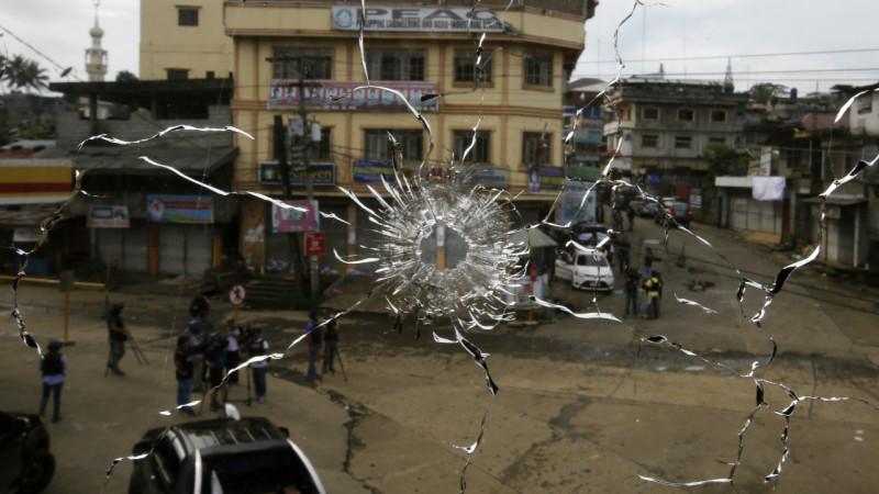 ხედი ქუჩაზე ჩამტვრეული ფანჯრიდან ქალაქ მარავიში, სადაც მიმდინარეობს ბრძოლები აკანყებულ ისლამისტებსა და მთავრობის ძალებს შორის. 29.05.2017 credit: EPA/FRANCIS R. MALASIG