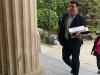 გიორგი მამალაძის ადვოკატი გიორგი ფანცულაია ციანიდის საქმის მასალებით მივიდა სასამართლოში. 5.05.2017. ფოტო: მიშა მეფარიშვილი