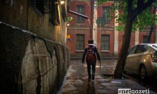 ბიჭი წვიმაში 19.05.17 ფოტო: გიორგი დიასამიძე/ნეტგაზეთი