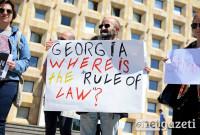 """""""საქართველო, სად არის კანონის უზენაესობა?"""" - წერია პლაკატზე. აქცია აფგან მუხთარლის გათავისუფლების მოთხოვნით. ფოტო: ნეტგაზეთი/ქეთი მაჭავარიანი 31.05.2017"""
