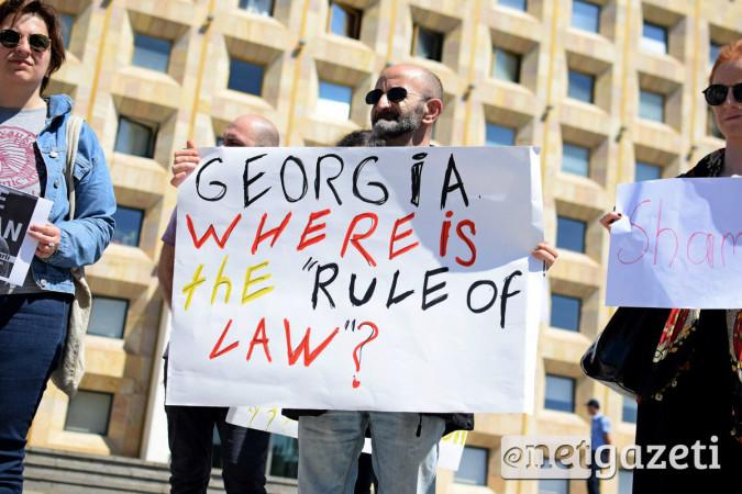 """""""საქართველო, სად არის კანონის უზენაესობა?"""" - წერია პლაკატზე. ფოტო: ნეტგაზეთი/ქეთი მაჭავარიანი 31.05.2017"""