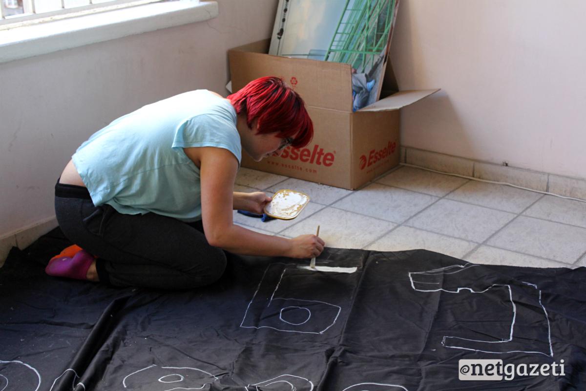 """კანცელარიის წინ აქციაზე გასაშლელად """"პარტიზანული მებაღეობის"""" წევრი მარი ყანჩაველი ხატავს ტილოს 16.0517 ფოტო: ნეტგაზეთი/გუკი გიუნაშვილი"""