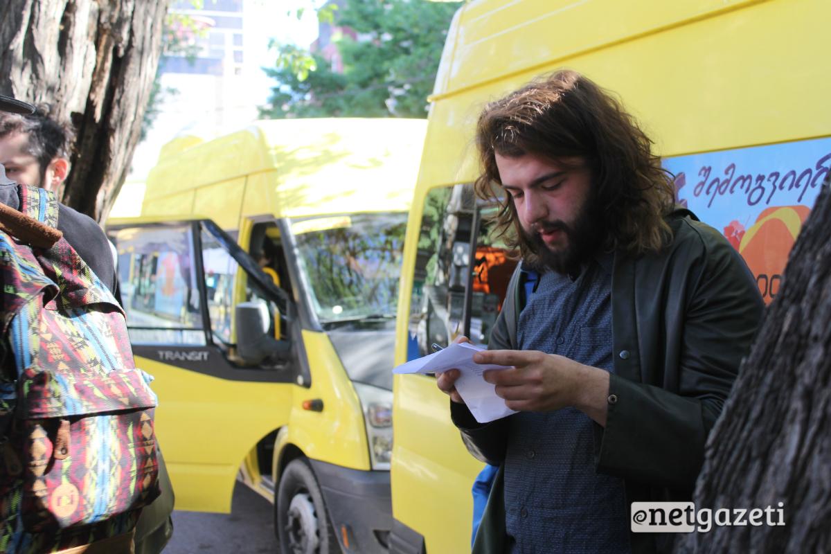 300 არაგველის მეტროსთან მისული აქტივისტები პოლიციამ ჩასვა წინასწარ გამოყოფილ სამარშრუტო ავტობუსებში აქციის ადგილამდე უსაფრთხოდ მისასვლელად. კოორდინატორები აქციაზე გადასაყვანი პირების სიას ამოწმებენ 17.05.2017. ფოტო: ნეტგაზეთი/გუკი გიუნაშვილი