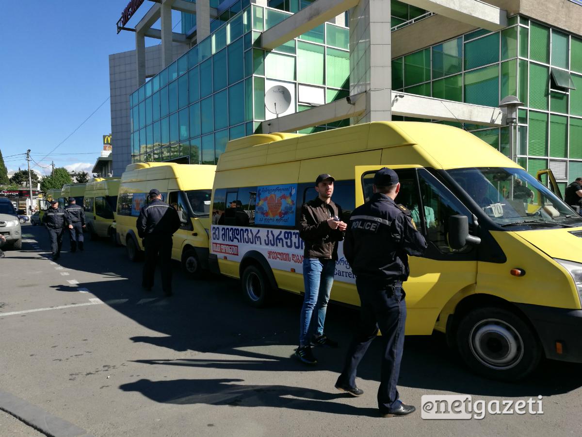 წერეთლის მეტროსთან მისული აქტივისტები პოლიციამ ჩასვა წინასწარ გამოყოფილ სამარშრუტო ავტობუსებში აქციის ადგილამდე უსაფრთხოდ მისასვლელად 17.05.2017. ფოტო: ნეტგაზეთი/ მიხეილ მეფარიშვილი