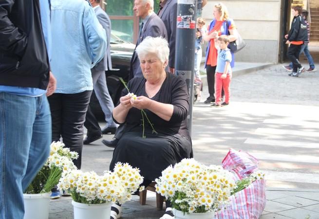 მოხუცი ქალი ყიდის ყვავილებს. გვირილობა 2017