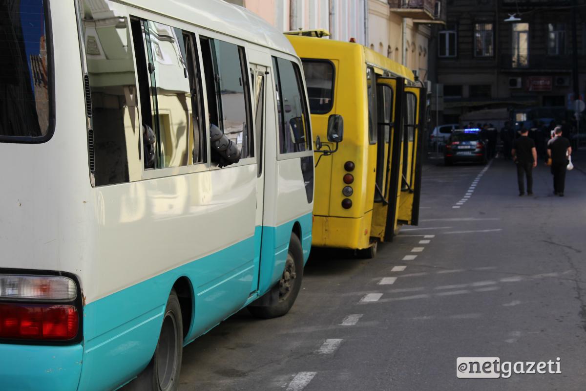 კანცელარიასთან ლგბტქი აქტივისტების აქციის უსაფრთხოებისთვის ავტობუსებში მობილიზებულია სპეცდანიშნულების რაზმი. 17.05.2017. ფოტო: ნეტგაზეთი/გივი ავალიანი