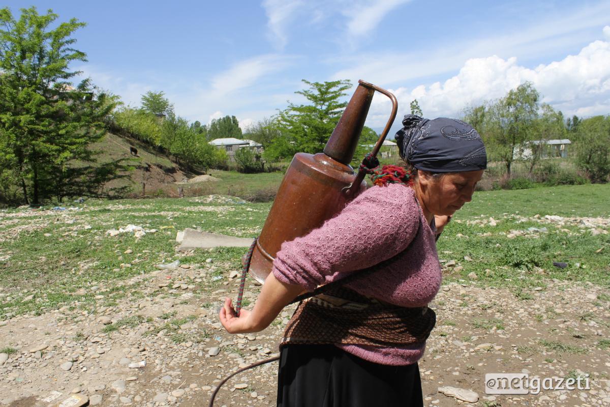 ქალები წყალს თუნგითა და ურიკებით ეზიდებიან – ფოტორეპორტაჟი კახეთიდან