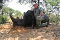 თემურ ტყემალაძე და მის მიერ მოკლული მარტორქა. სამხრეთ აფრიკა, 2011 წ. ფოტო: პირადი არქივი