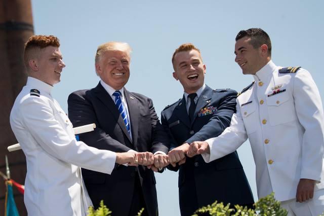 აშშ-ის პრეზიდენტმა ქართველ კადეტს სანაპირო დაცვის აკადემიის დიპლომი გადასცა. ფოტო: CC