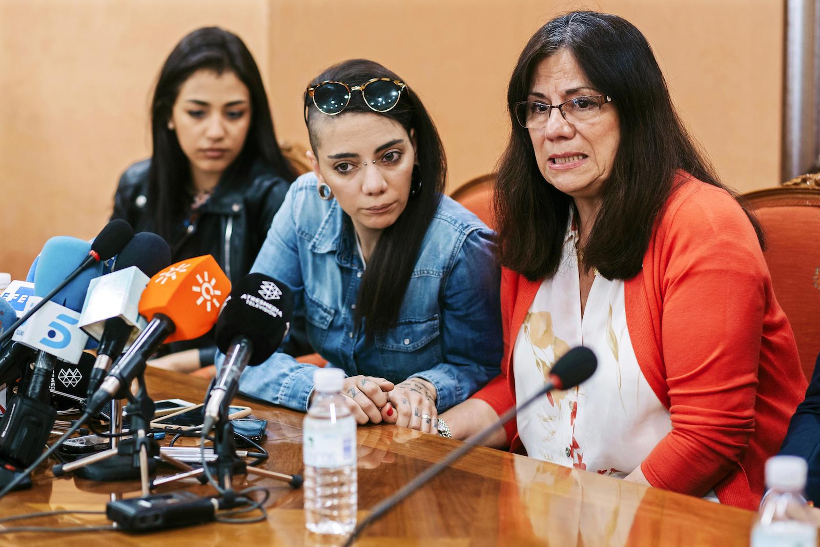 შაზა ისმაილი მარცხნივ, ხიმენა რიკო შუაში და ხიმენა რიკოს დედა მარჯვნივ © EPA/CARLOS DIAZ