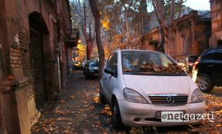 ტროტუარზე გაჩერებული ავტომობილი უზნაძის ქუჩაზე