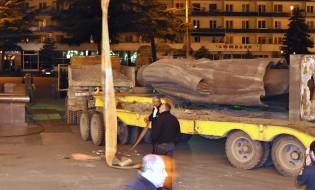 სტალინის ძეგლის დემონტაჟი გორში © EPA/STR