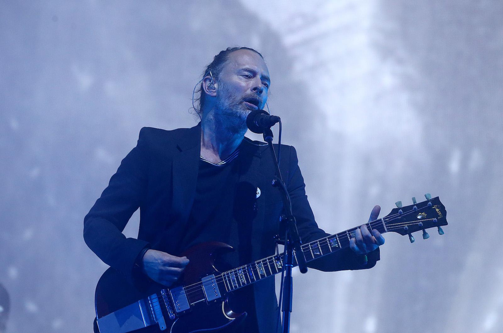 სცენაზეა Radiohead-ის ლიდერი ტომ იორკი © EPA/NIGEL RODDIS