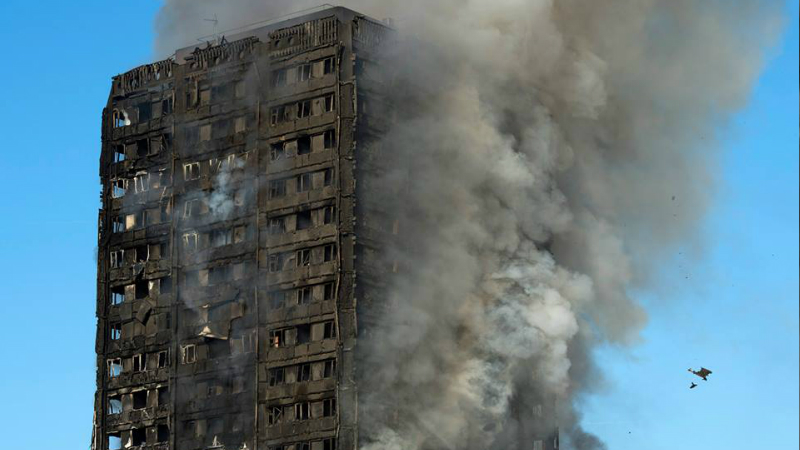 ლონდონში 24 სართულიან საცხოვრებელ სახლს ცეცხლი გაუჩნდა (c) EPA/WILL OLIVER