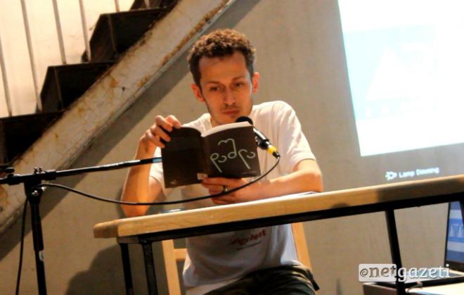 """დავით გაბუნია კითხულობს ნაწყვეტს თავისი პირველი რომანიდან """"დაშლა"""" 28.06.17 ფოტო: ნეტგაზეთი"""