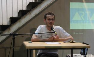 """მწერალი, დრამატურგი და თარჯიმანი დავით გაბუნია ატარებს საჯარო ლექციას """"არტ არეას"""" სივრცეში 28.06.17 ფოტო: ნეტგაზეთი"""