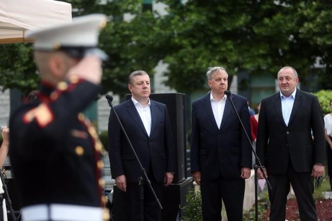აშშ-ის დამოუკიდებლობის დღე თბილისში, გიორგი კვირიკაშვილი, გიორგი მარგველაშვილი და იან კელი ფოტო: პრემიერ-მინისტრის პრესსამსახური