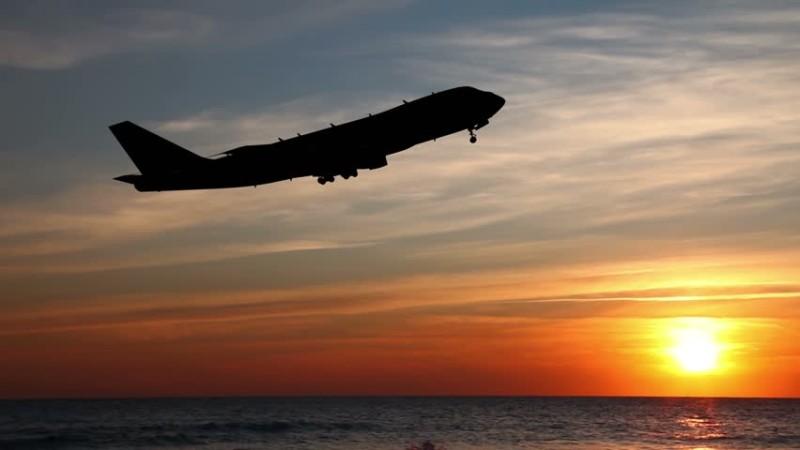 თვითმფრინავი და მზის ჩასვლა ზღვის სანაპიროზე. ფოტო: CC
