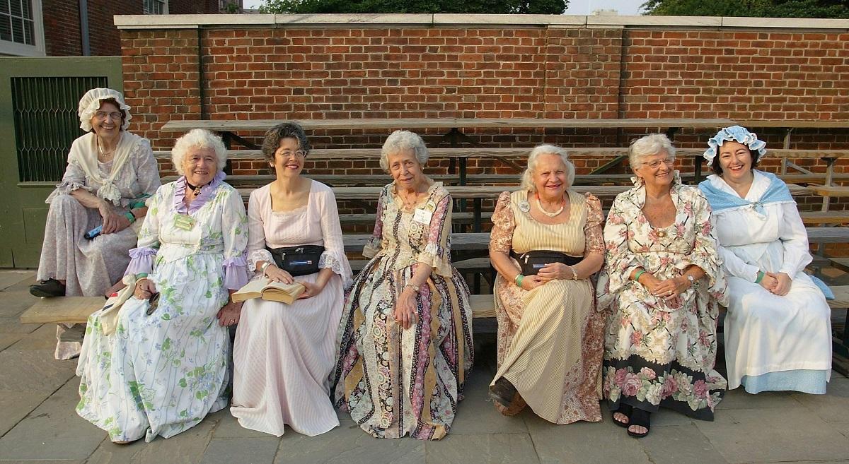 ქალები კოლონიალისტური ტანსაცმლით სხედან ეროვნული საკონსტიტუციო ცენტრის ბაღში და ელოდებიან საზეიმო ღონისძიების დაწყებას 04.07.03 ფოტო: EPA PHOTO/TOM MIHALEK