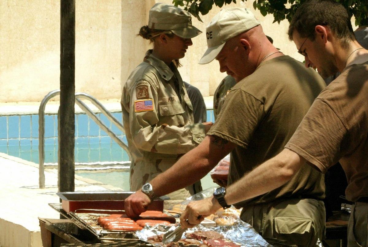 დამოუკიდებლობის დღის აღსანიშნავად ამერიკელი ჯარისკაცები მიირთმევენ ბარბექიუს ერაყში, სანამ ჰუსეინის ყოფილ საპრეზიდენტო სასახლეში 04.07.03. ფოტო: /EPA/JAMAL NASRALLAH