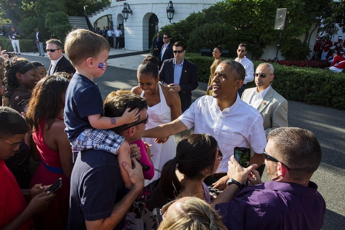 აშშ-ს პრეზიდენტი ბარაკ ობამა და პირველი ლედი ხვდებიან ამერიკელი ვეტერანების ოჯახებს დამოუკიდებლობის დღეს. თეთრ სახლში სადღესასწაულო ბარბექიუ ეწყობა 04.07.14 ფოტო: EPA/JIM LO SCALZO