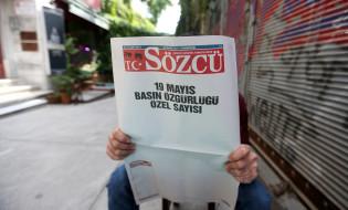 ფოტოზე: გაზეთი Sozcu ცარიელი ფურცლებით.  ბოლო ერთი წლის განმავლობაში თურქეთში ათასობით ადამიანი დააკავეს ფეტულა გიულენთან კავშირის ბრალდებით. მაისში თურქულმა პოლიციამ იმავე ბრალდებით დააკავა ოპოზიციური გაზეთის, Sozcu-ს მფლობელი და გამოცემის სამი თანამშრომელი. 19 მაისს გაზეთი პროტესტის ნიშნად ცარიელი ფურცლებით გამოვიდა.   ფოტო: ევროპული პრესფოტო სააგენტო. EPA/ERDEM SAHIN
