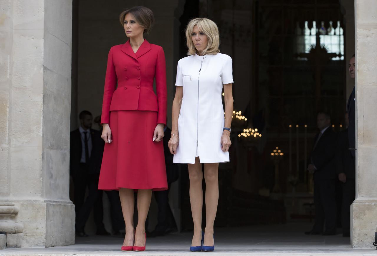 """საფრანგეთის პირველი ლედი ბრიჯიტ მაკრონი და აშშ-ის პირველი ლედი მელანია ტრამპი """"ინვალიდთა სახლში"""" 13 ივლისს საფრანგეთში დონალდ ტრამპის ოფიციალური ვიზიტი დაიწყო ©EPA"""