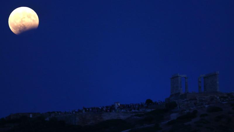მთვარის ნაწილობრივი დაბნელება, საბერძნეთი, ქალაქი ათენი 07.08.2017 credit: EPA/ ORESTIS PANAGIOTOU