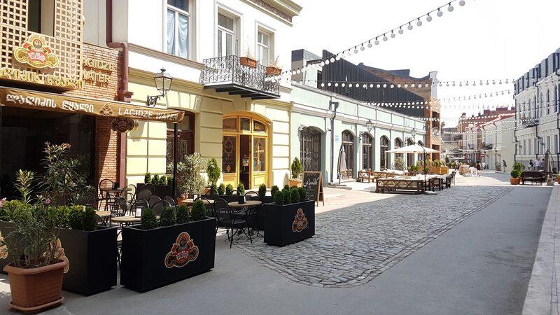 В Грузии объекты питания будут принимать гостей на открытых площадках по выходным