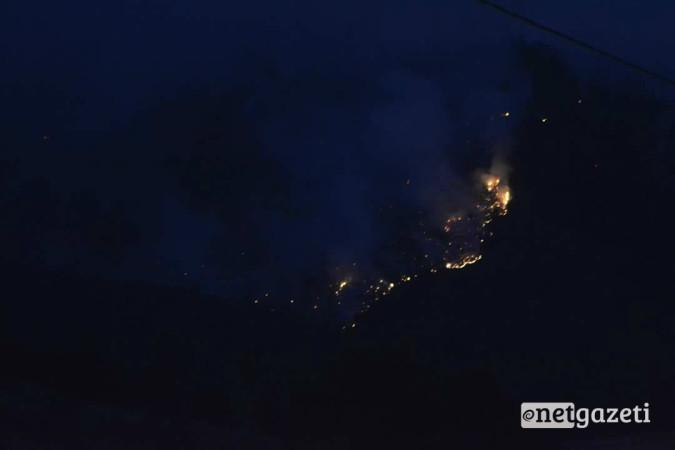 ხანძრის კერა დაბის ფერდობზე 24 აგვისტოს, გვიან ღამით 24.08.17 ფოტო: ნეტგაზეთი/მარიამ ბოგვერაძე