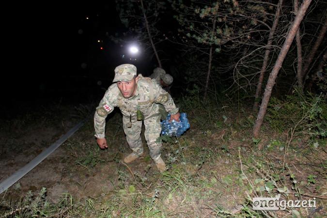 ჯარისკაცებს ატენის მთაზე წყალი მიაქვთ, სადაც მთელი ღამის განმავლობაში მეხანძრე–მაშველები და სამხედროები მუშაობდნენ. 23.08.2017. ფოტო: გიორგი დიასამიძე/ნეტგაზეთი