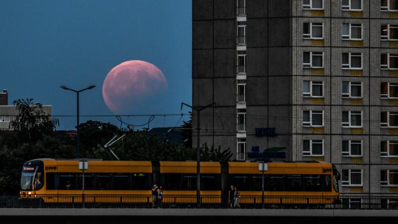 მთვარის ნაწილობრივი დაბნელება, გერმანია, ქალაქი დრეზდენი. 07.08.2017 credit: EPA/FILIP SINGER