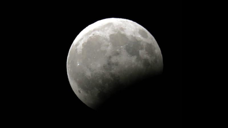 მთვარის ნაწილობრივი დაბნელება, პალესტინა, ქალაქი ჰებრონი. 07.08.2017 credit: EPA/ABED AL HASHLAMOUN