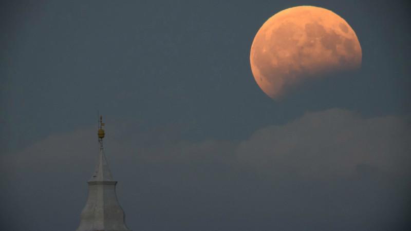 მთვარის ნაწილობრივი დაბნელება, უნგრეთი, ქალაქი ტისაფონდლვარი 07.08.2017 credit: EPA/Peter Komka