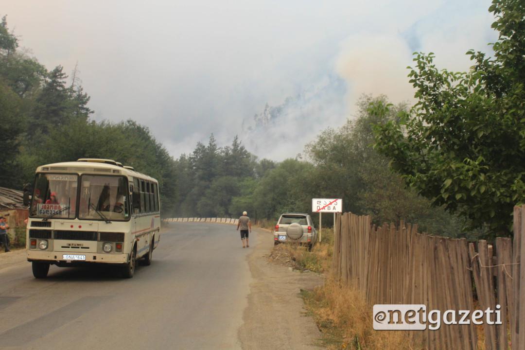 ხანძრის მიუხედავად ბორჯომის მუნიციპალიტეტის სოფლებში ტრანსპორტი განრიგის მიხედვით მოძრაობდა. 22.08.2017. ფოტო: გიორგი დიასამიძე/ნეტგაზეთი