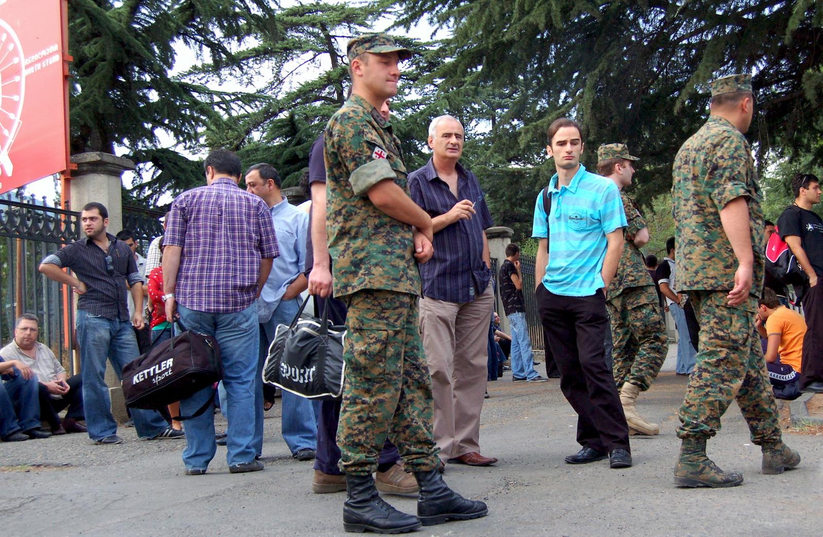 რეზერვისტები დინამოს სტადიონთან. 08.08.08 © EPA/STRINGER