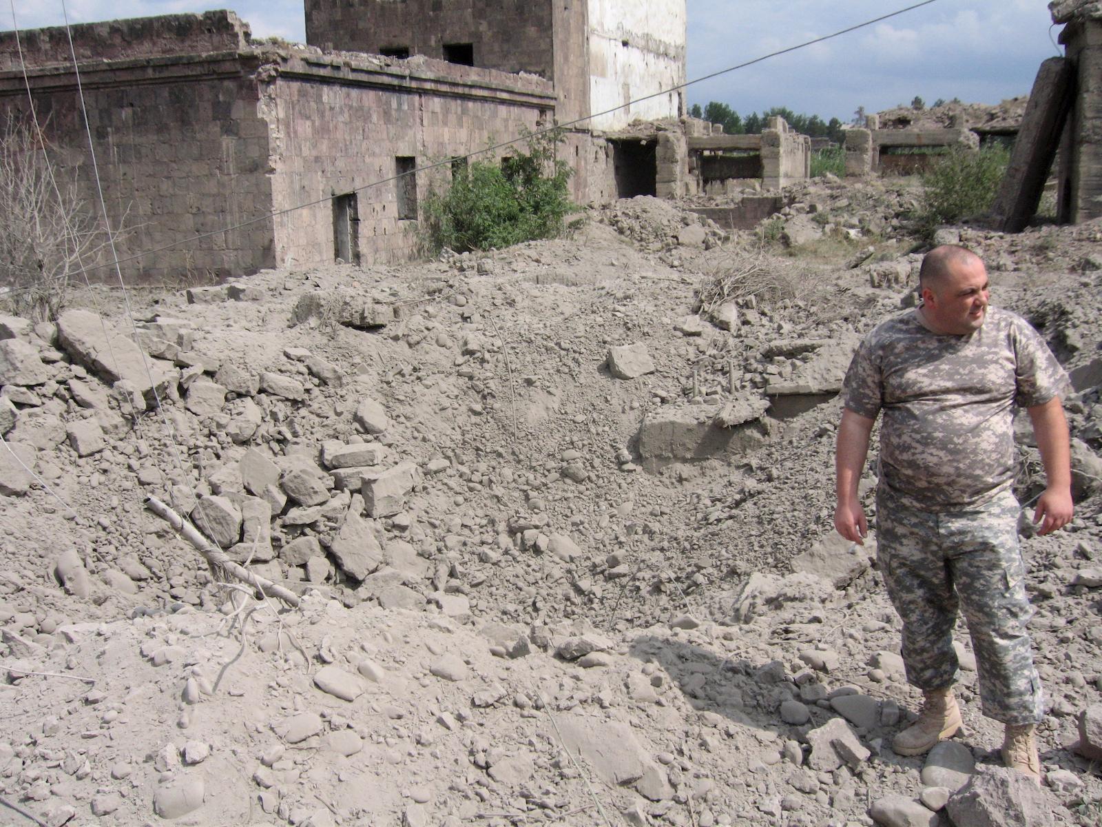 გორი, ადგილი, სადაც სამხედრო თვითმფრინავმა ბომბი ჩამოაგდო. 08.08.08 © EPA/ZURAB KURTSIKIDZE