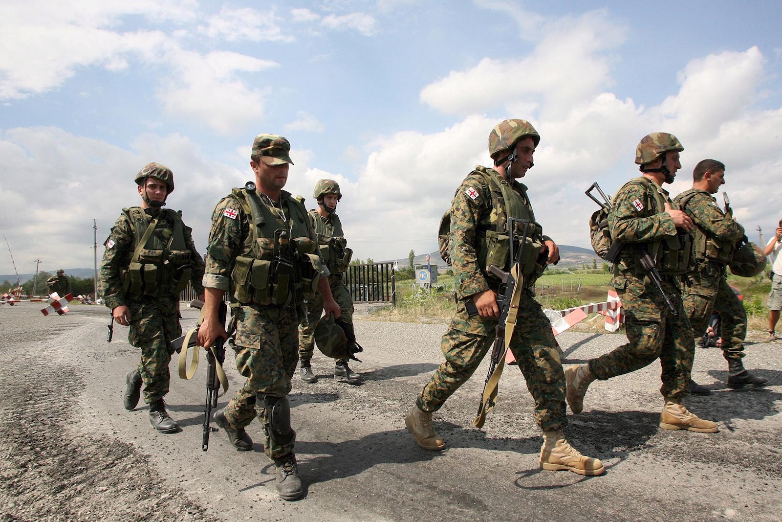 ქართველი ჯარისკაცები ცხინვალის გზაზე. 08.08.08 © EPA/ZURAB KURTSIKIDZE