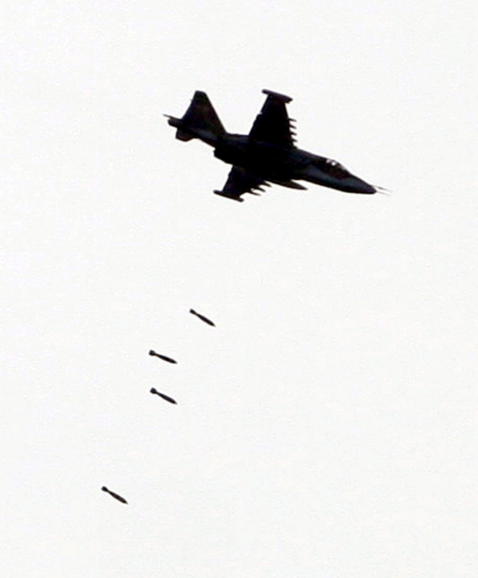 არაიდენტიფიცირებული თვითმფრინავი ცხინვალის მიმდებარე ტერიტორიაზე მიმდინარე საბრძოლო მოქმედებების ადგილს ბომბავს © EPA/ZURAB KURTSIKIDZE