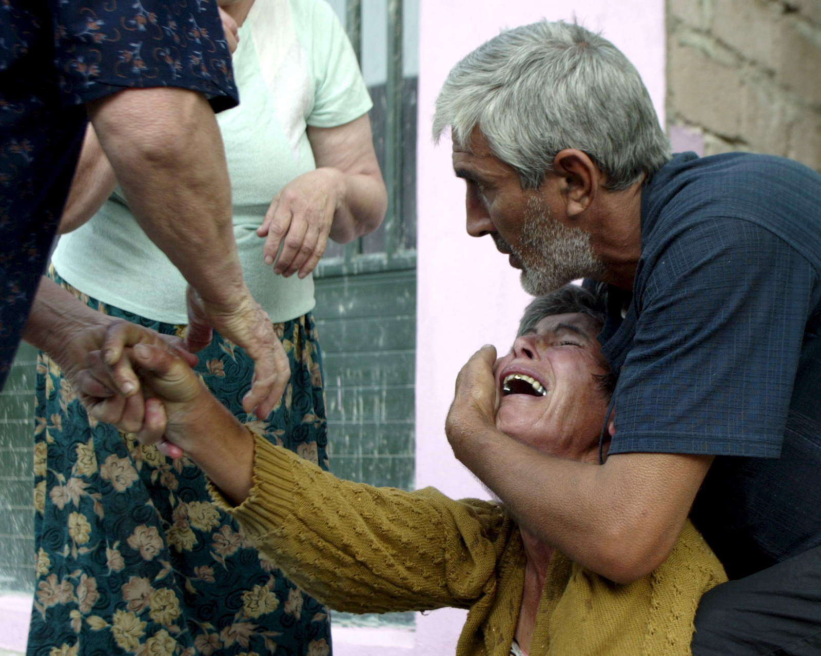გორელი ქალი ტირის მას შემდეგ რაც შეიტყო შვილის გარდაცვალების შესახებ © EPA/ZURAB KURTSIKIDZE