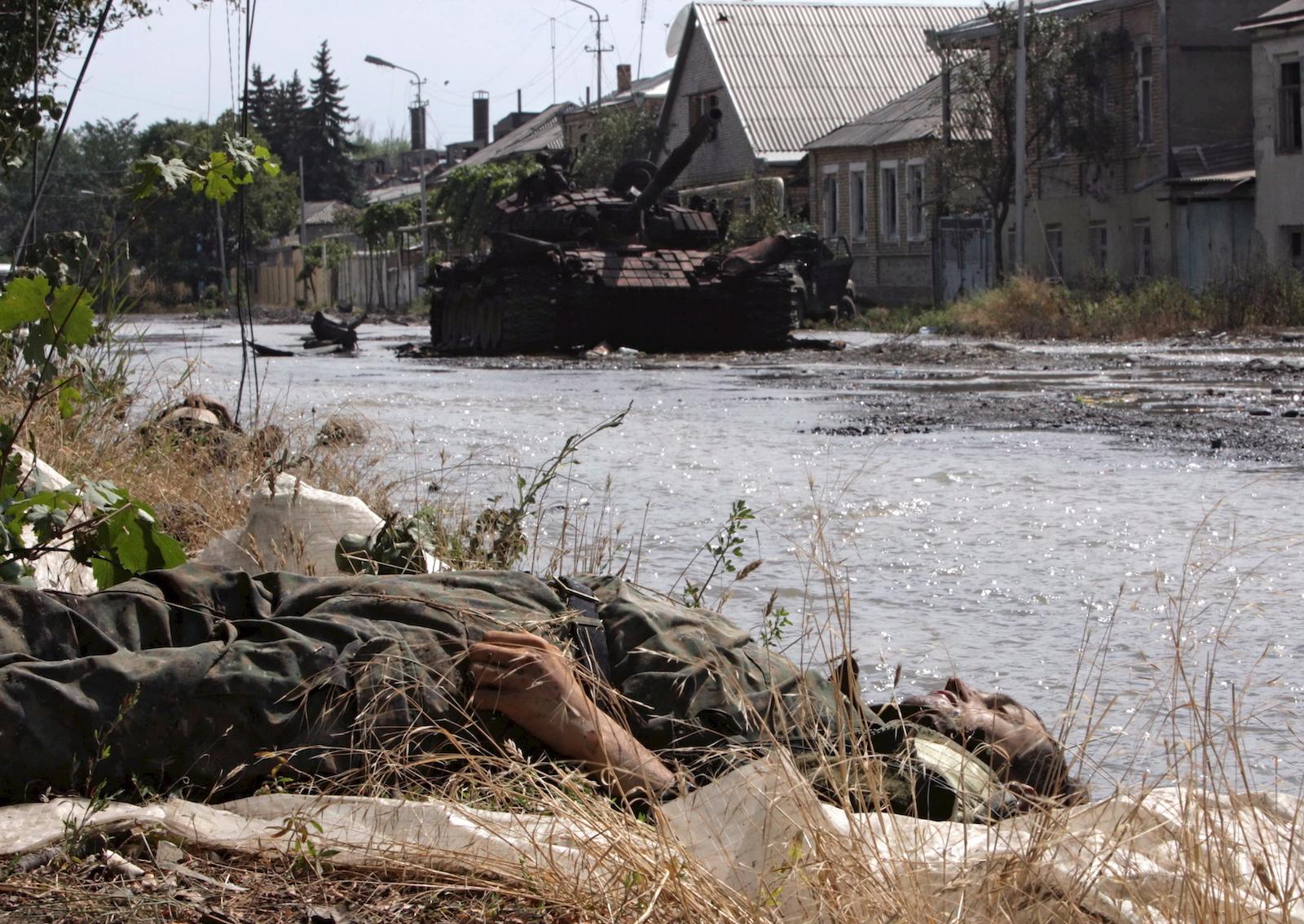 დაღუპული ქართველი ჯარისკაცი ცხინვალში © EPA/YURI KOCHETKOV