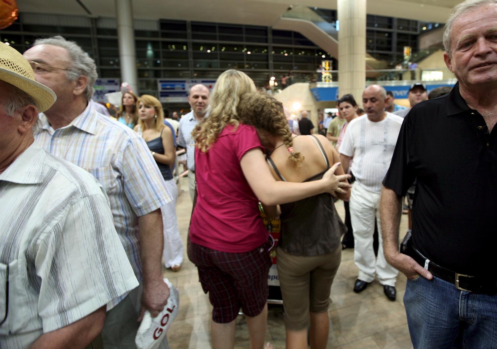 ბენ გურიონის აეროპორტი თელ ავივში. ომის დროს საქართველოში მყოფი ისრაელის მოქალაქეებმა სამშობლოში დაბრუნდნენ © EPA/JIM HOLLANDER
