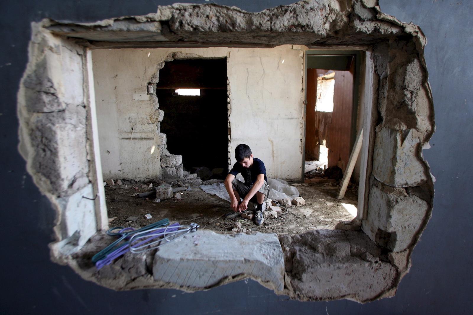 კადრში ხედავთ თბილისში, დევნილ ბიჭს © EPA/ZURAB KURTSIKIDZE