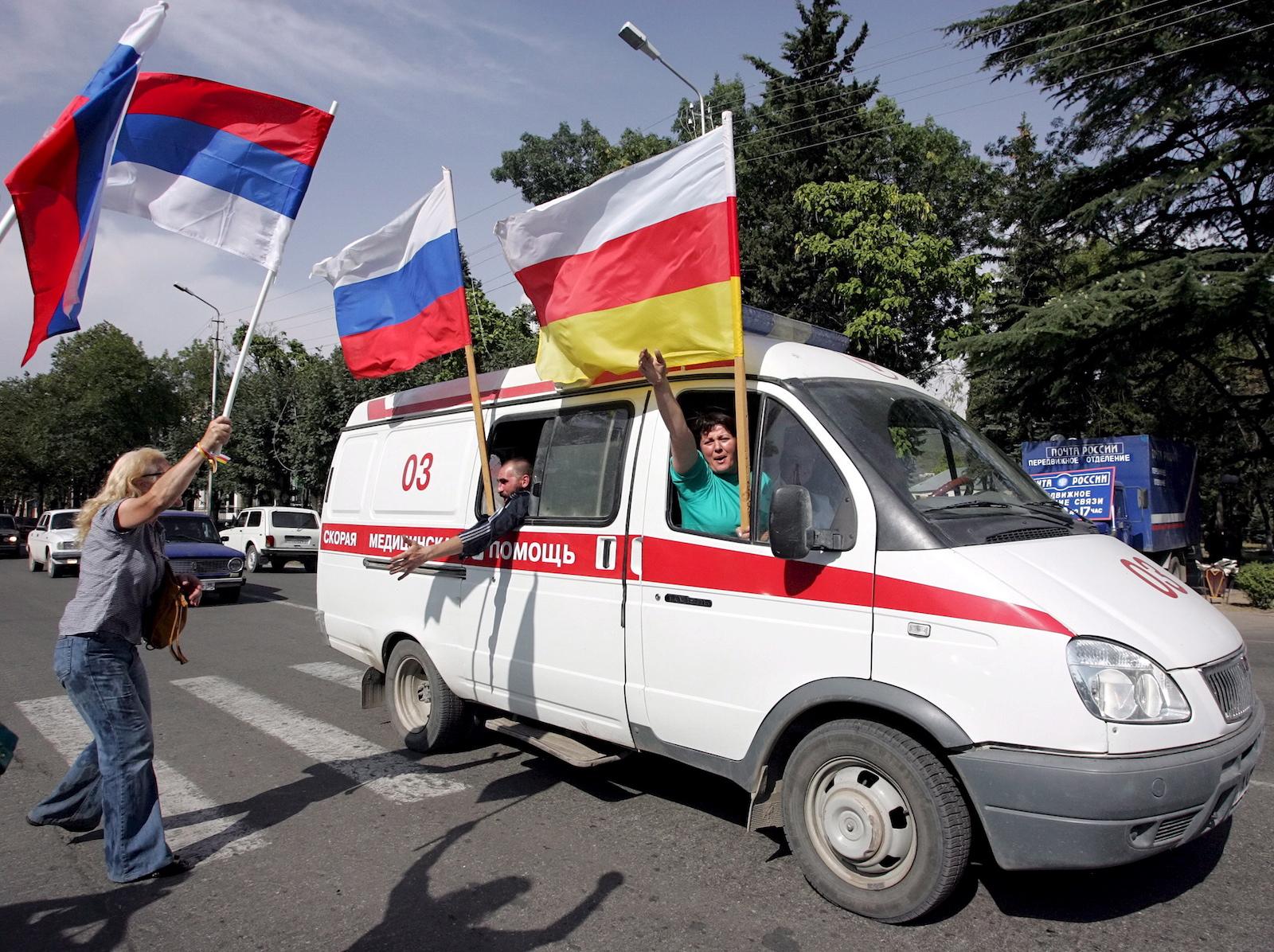 """ცხინვალშ რუსეთის მიერ მათი """"დამოუკიდებლობის"""" აღიარებას ზეიმობენ © EPA/MAXIM SHIPENKOV"""