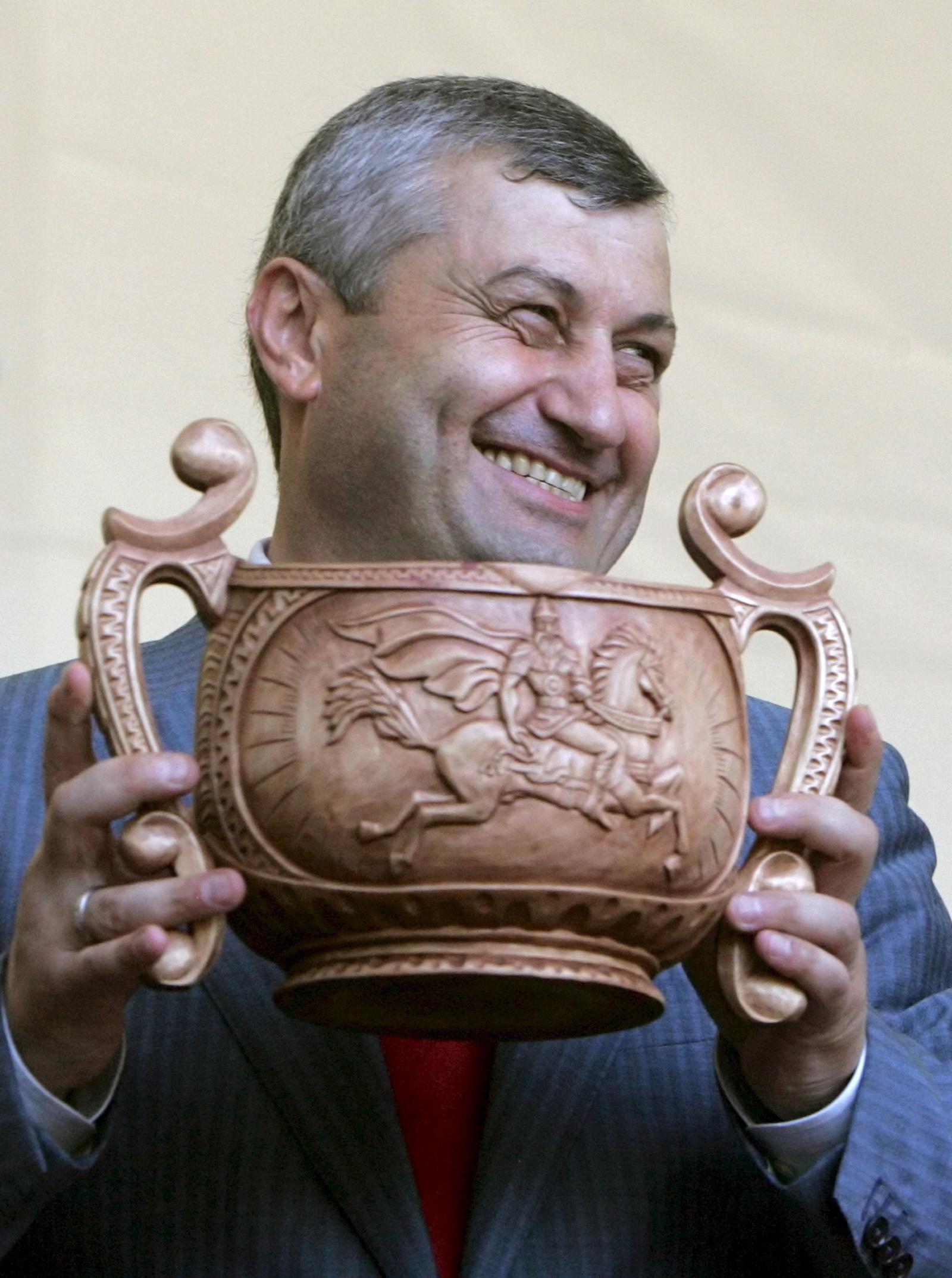 """ედუარდ კოკოითი ღვინით სავსე თასით ხელში ზეიმობს რუსეთის მიერ სამხრეთ ოსეთისა და აფხაზეთის """"დამოუკიდბელობის"""" აღიარებას © EPA/MAXIM SHIPENKOV"""