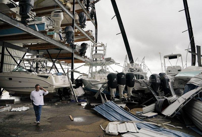 """დომინიკ დომინგესი საწყობში საკუთარ ნავს ეძებს. ქარიშხალმა """"ჰარვიმ"""" საწყობი ძლიერ დააზარალა. როკპორტი, ტეხასი EPA-EFE/DARREN ABATE"""