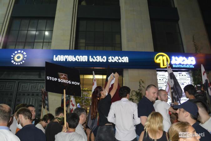 """""""ქართველთა მარში"""" კახა კალაძის საარჩევნო შტაბთან. აქციის მონაწილეები უცხო ქვეყნის მოქალაქეებზე ქართული მიწის გაყიდვისა და სოროსის ფონდის საქმიანობის აკრძალვას მოითხოვენ. 12.09.2017. ფოტო: მარიამ ბოგვერაძე/ნეტგაზეთი"""
