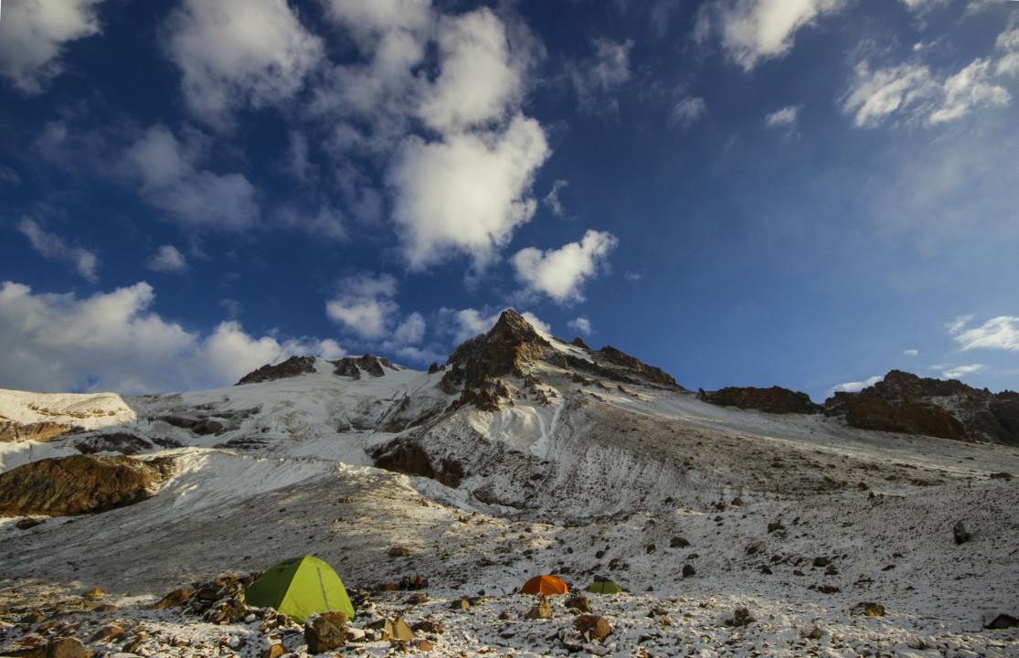 საბანაკე ადგილი შავ (მეორე) ჯვართან, ზღვის დონიდან დაახლოებით 3800 მეტრზე, სახლში დაბრუნების დღე, ღამე ითოვა. 26 აგვისტო, ფოტო: ზაზა ბურჯანაძე